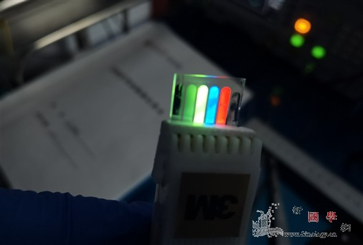 首个三相交流电驱动电致发光器件问世_流电-电桥-传感-